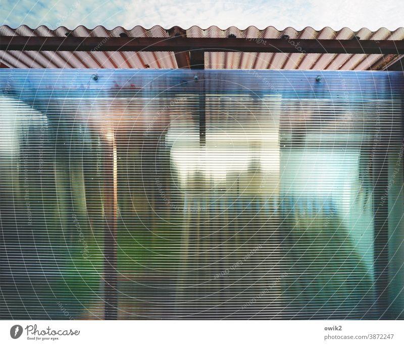 Hinter den Linien Glaswand durchscheinend schemenhaft Schutz Unschärfe Fenster Totale Textfreiraum unten Textfreiraum oben Menschenleer Farbfoto Andeutung grün