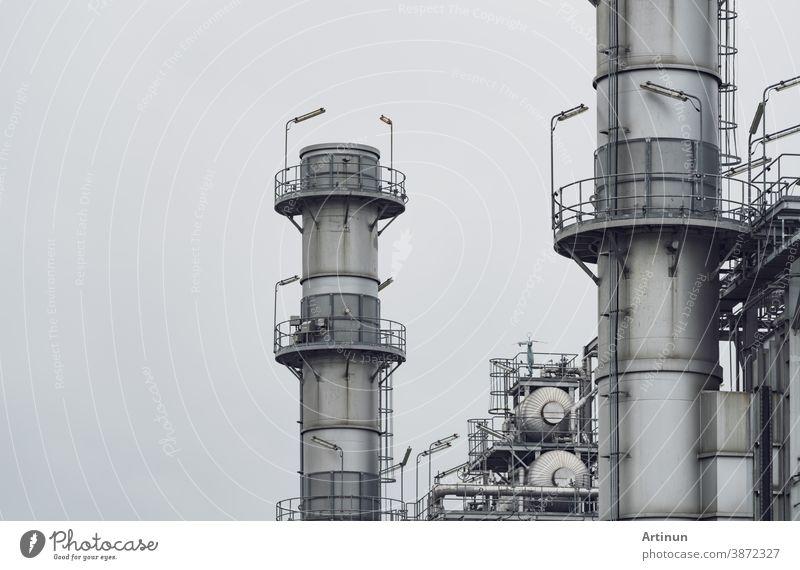 Gasturbinen-Elektrokraftwerk. Energie für Unterstützungsfabrik. Erdgastank. Schornsteinturm eines Gaskraftwerks. Kraftwerk mit Erdgas als Brennstoff. Grüne Energie. Kraftwerk gegen grauen Himmel