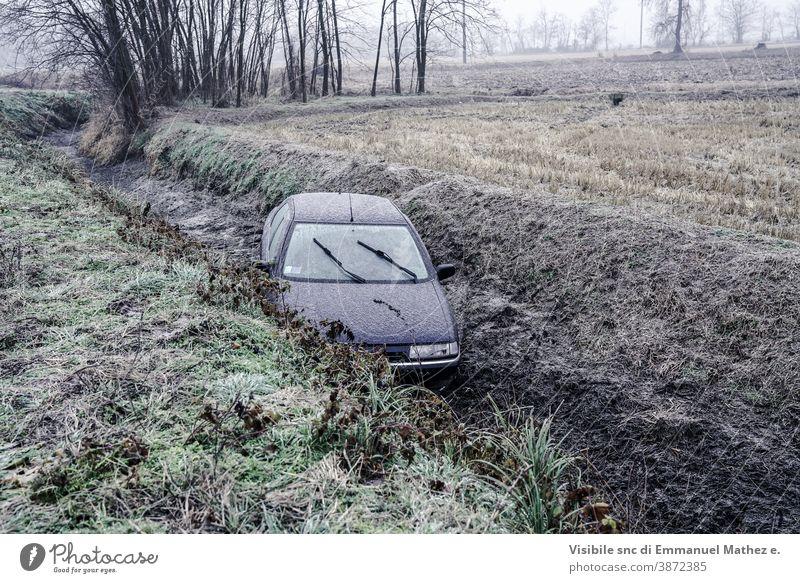 Auto landete aufgrund von Eis in Norditalien in einem Graben Beschädigte Unfall PKW Absturz driften Schaden Schiffswrack Winter gebrochen Fahrzeug Verhalten