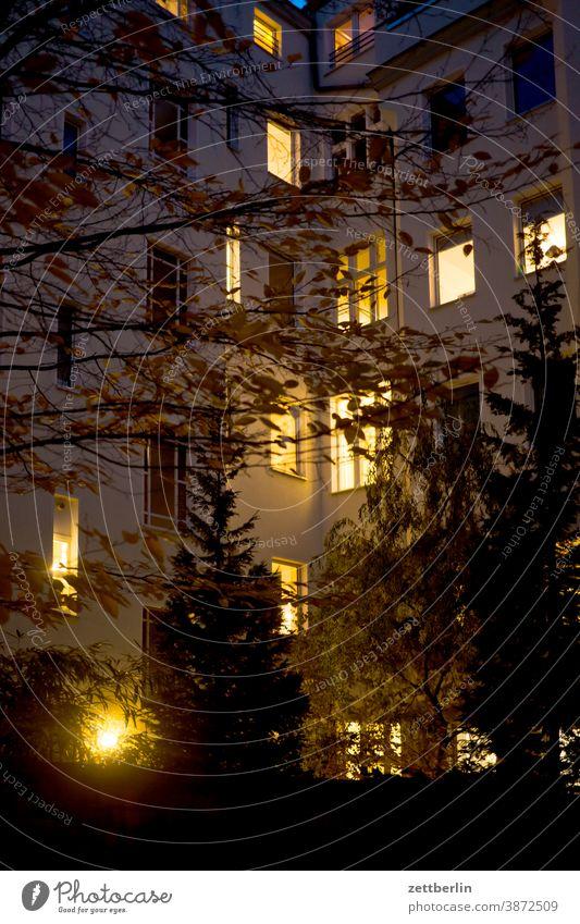 Hinterhof in Schöneberg altbau außen brandmauer fassade fenster haus himmel himmelblau hinterhaus hinterhof innenhof innenstadt mehrfamilienhaus menschenleer