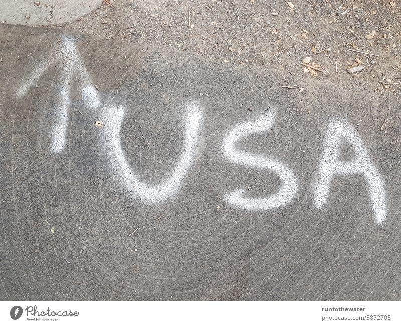 USA Buchstaben auf der Straße Pfeil Hinweis Richtung richtungweisend Norden Vereinigte Staaten vereinigte staaten von amerika Amerika Amerikanisch urban reisen