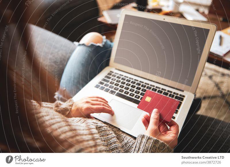 Weiblicher Online-Einkauf am Laptop kaufen online Zahlung Postkarte Internet Drahtlos Technik & Technologie Kauf Business Notebook Banking Frau benutzend