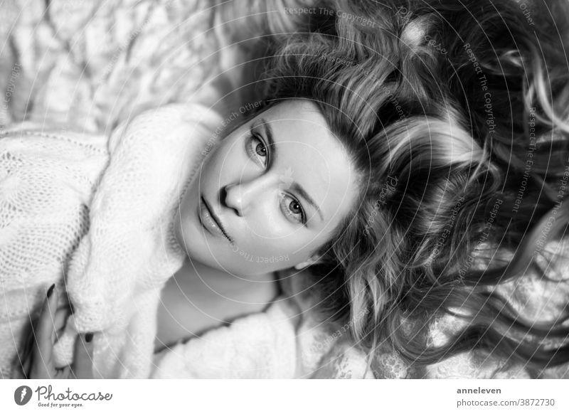 Retro-Schönheitsporträt einer jungen Frau, lockige Frisur und Naturkosmetik, Vintage und Luxus 30s attraktiv schön Marke brünett Pflege Kaukasier schick