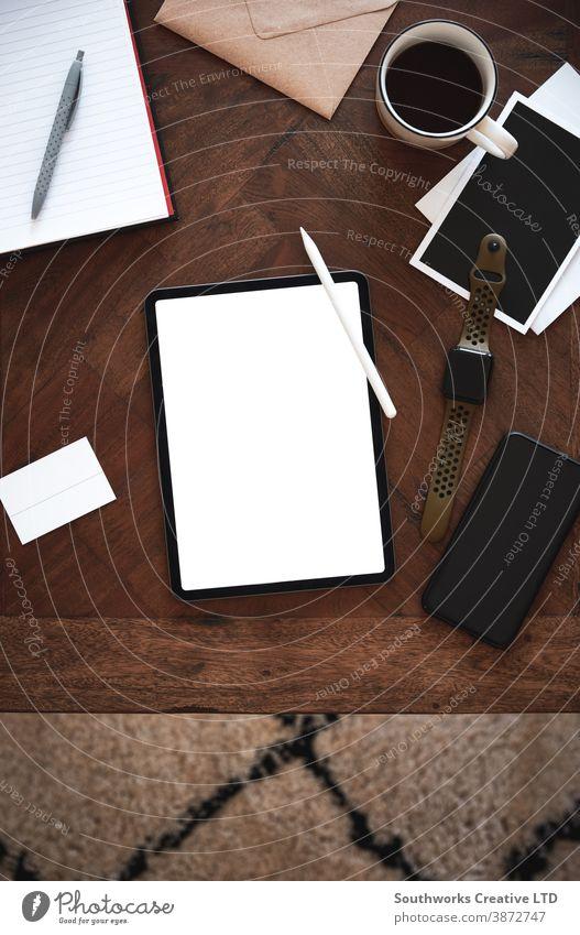 Oben: Ansicht eines Tablet-Computers auf einem Holztisch. Technik & Technologie Business Smartphone digitales Tablett blanko zuschauen Tablette Tisch hölzern