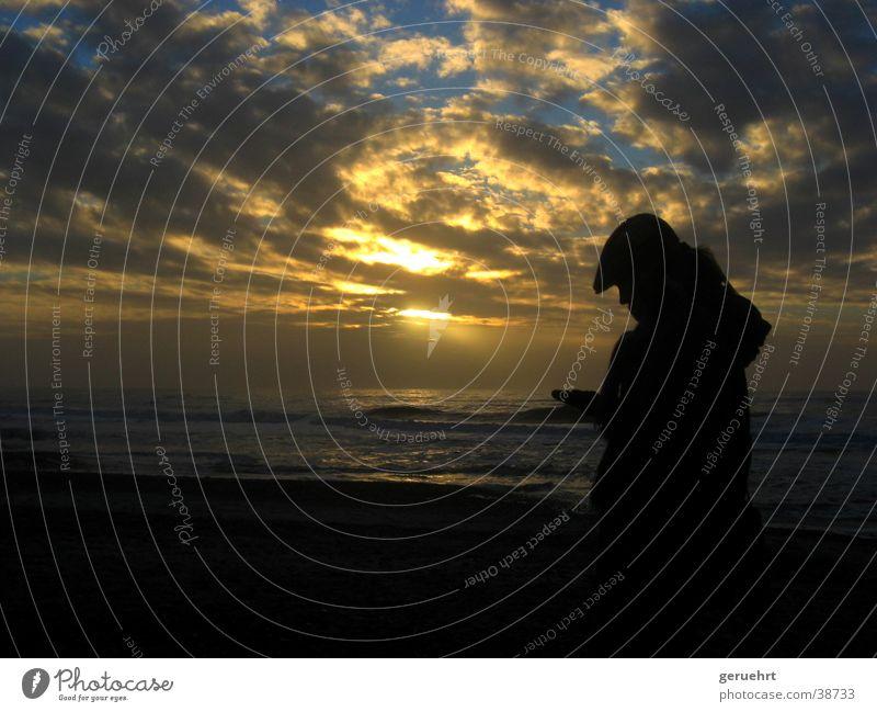 frau gegen licht Frau Himmel Strand Gefühle Denken Wellen Küste gold berühren Mütze Nordsee Kapuze staunen Wolkenformation begutachten