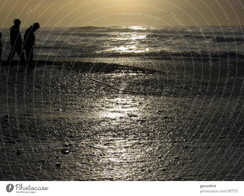 horizont in gold Gezeiten Wellen Küste Strand Sonnenuntergang Reflexion & Spiegelung Silhouette 2 Kind Junge Nordsee Flut Stein beobachten Blick