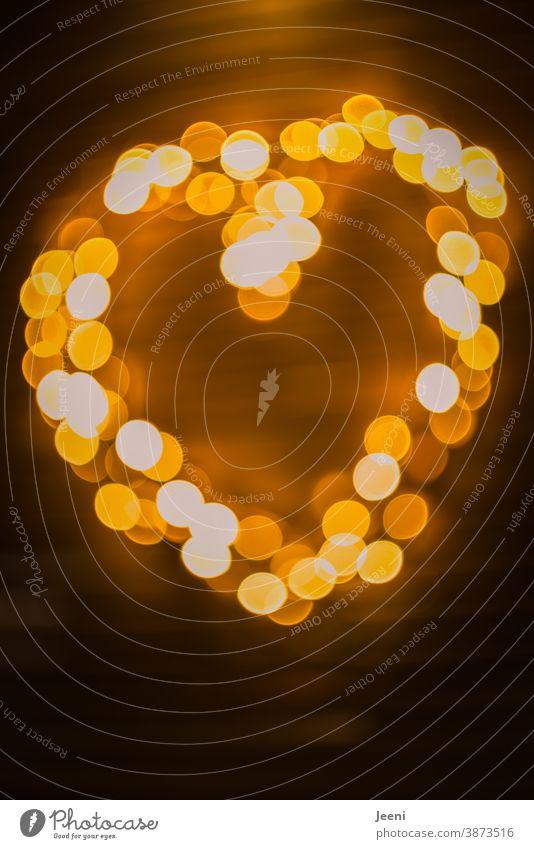 Herz aus unscharfen verschwommenen Lichtern I Bokeh aus Lichtern Lichterkette funkeln Weihnachtslichter Weihnachtsdekoration hell leuchten Unschärfe