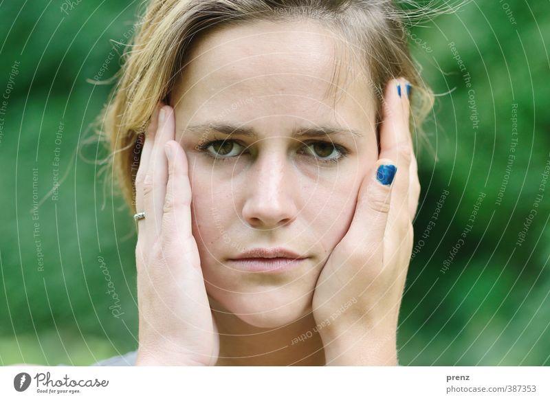 Fremde Hände Mensch feminin Junge Frau Jugendliche Erwachsene Kopf Hand 1 18-30 Jahre blau grün Gefühle Akzeptanz Vertrauen Blick Fingernagel schön Farbfoto