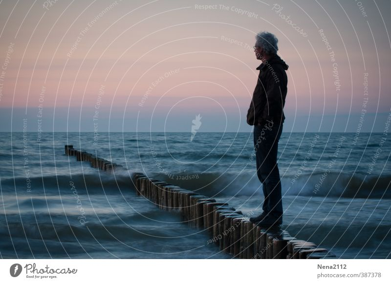 Fernweh maskulin Körper 1 Mensch 30-45 Jahre Erwachsene 45-60 Jahre Umwelt Natur Landschaft Urelemente Wasser Schönes Wetter Wellen Küste Nordsee Ostsee Meer