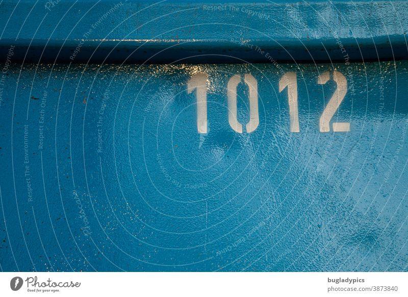 Weiße Zahl 1012 auf blauem Metalluntergrund zahlen Nummer Ziffern & Zahlen Schriftzeichen Schilder & Markierungen Container zählen Zeichen Beschriftung Aufdruck