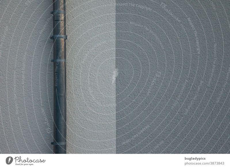 Fassade mit zwei Grautönen und einem Fallrohr aus Metall Putz Putzfassade grau Wand Strukturen & Formen geometrisch Geometrie Gebäude Architektur Bauwerk Linie
