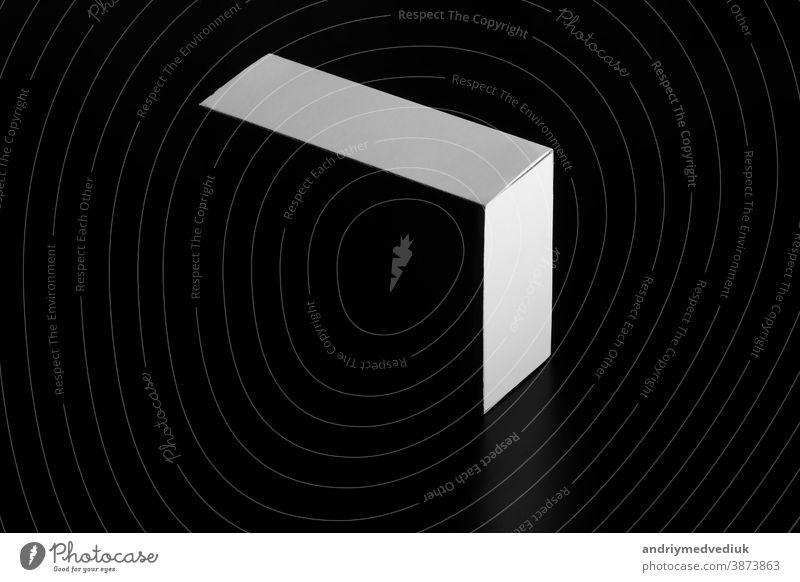 weiße Schachtel. Karton Umzugskarton. weiße Pappschachtel isoliert auf schwarz vereinzelt Kasten Whitebox Hintergrund bewegend leer Container Paket Verpackung