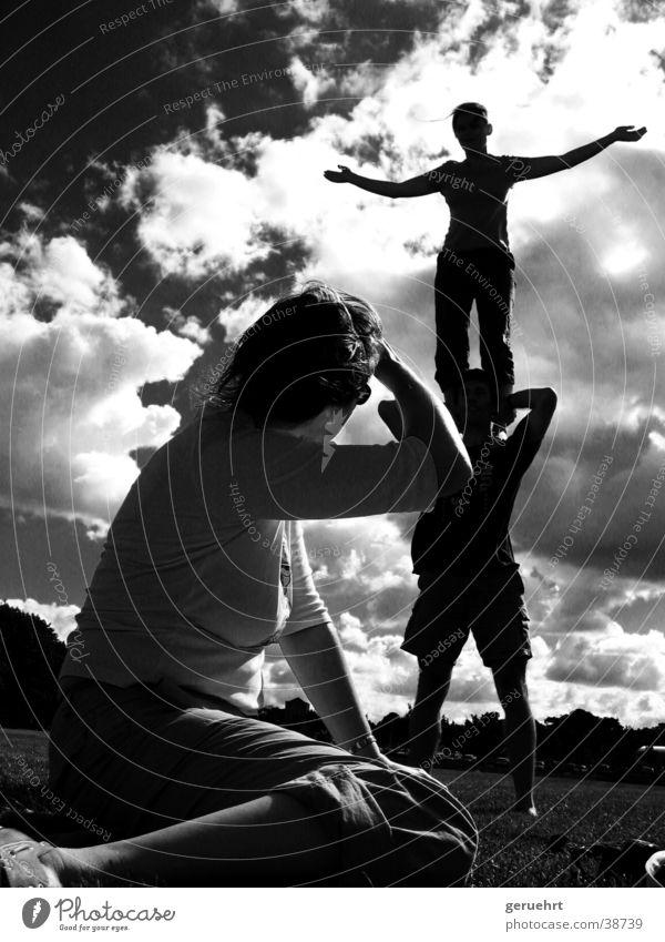 hoch geschultert Wolken Menschengruppe Arme stehen beobachten Schulter Artist Barfuß blenden Turnen Akrobatik ausgestreckt aufeinander
