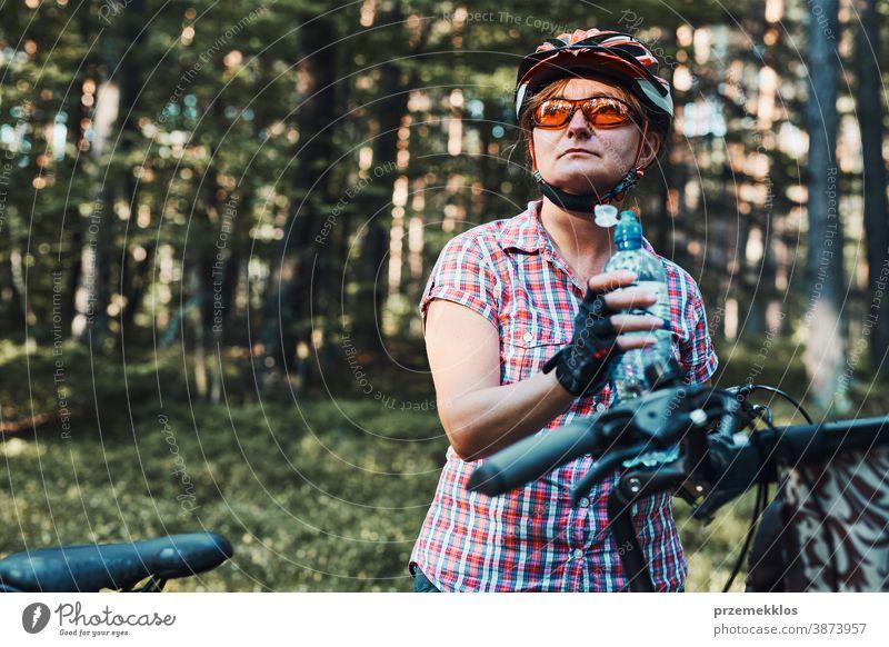 Aktive Frau verbringt Urlaub im Sommer auf einer Fahrradtour im Wald Freude Freiheit fallen Erholung Abenteuer genießen Waldlandschaft Waldbäume Schneise Reiter