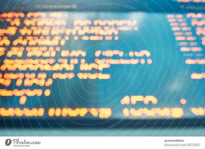 Unscharfer, unscharfer Bildschirm mit orangefarbenen digitalen Zeichen und Buchstaben Hintergrund verschwommen neonfarbig beleuchtet binär Internet Code