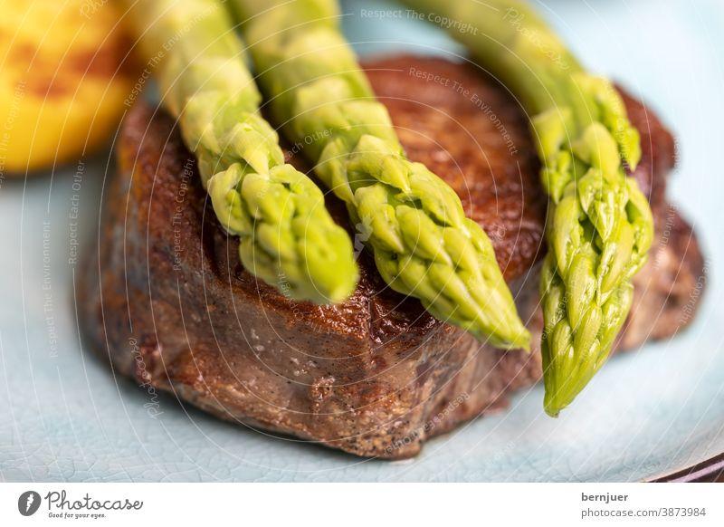 Spargel mit Kartoffeln und einem Steak grün Sauce hollandaise soße gegrillt kochen fettlos tournedos Salz sous-vide trocken gereift Gourmet Mignon Filet Fleisch