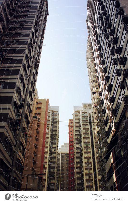 die schluchten von mong kok. Stadt Architektur Gebäude Stadtleben Hochhaus hoch trist Beton Asien Platzangst Skyline China Wohnhaus Gasse eng Schlucht