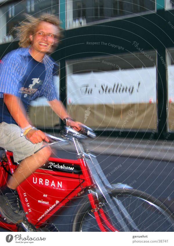 urban rickshaw Fahrrad Rikscha rot Mann vorwärts fahren Unschärfe Sommer Verkehr lachen Bewegung
