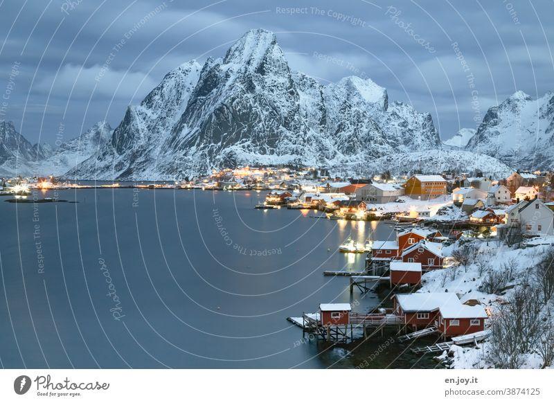 Reine auf den Lofoten zur blauen Stunde Norwegen Skandinavien Winter Schnee Abend Berg Rorbuer Fjord Reinefjorden Küste Norden Ferien & Urlaub & Reisen
