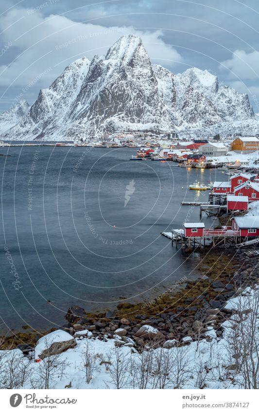 Reine auf den Lofoten im Winter Blau Norwegen Skandinavien Schnee Abend Berg Rorbuer Fjord Reinefjorden Küste Norden Ferien & Urlaub & Reisen Fischerhütte