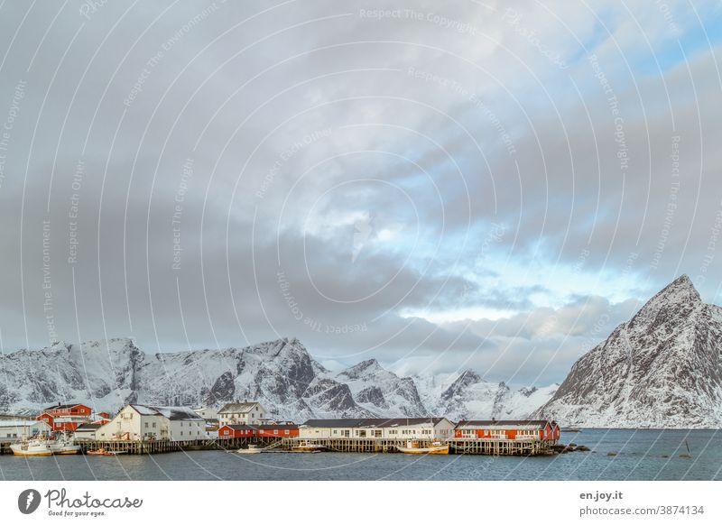 Der Hafen von Hamnoy auf den Lofoten mit Fischerbooten im Winter Norwegen Skandinavien Berge u. Gebirge Schneebedeckte Gipfel Ferien & Urlaub & Reisen Fjord