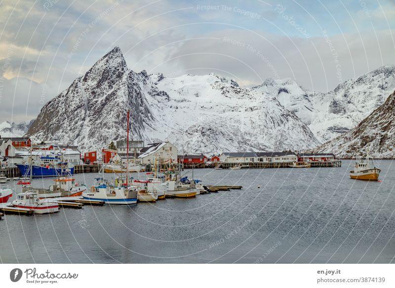 Der Hafen von Hamnoy auf den Lofoten mit Fischerbooten im Winter Norwegen Skandinavien Berge u. Gebirge Schneebedeckte Gipfel Ferien & Urlaub & Reisen Reine