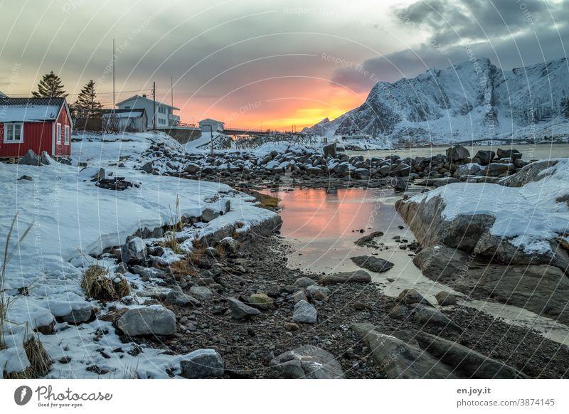 Farbkombination | hell und dunkel...Sonnenuntergang in Reine auf den Lofoten im Winter Norwegen Skandinavien Hamnøy Rorbuer Hütte Schnee Felsen Wasser Himmel