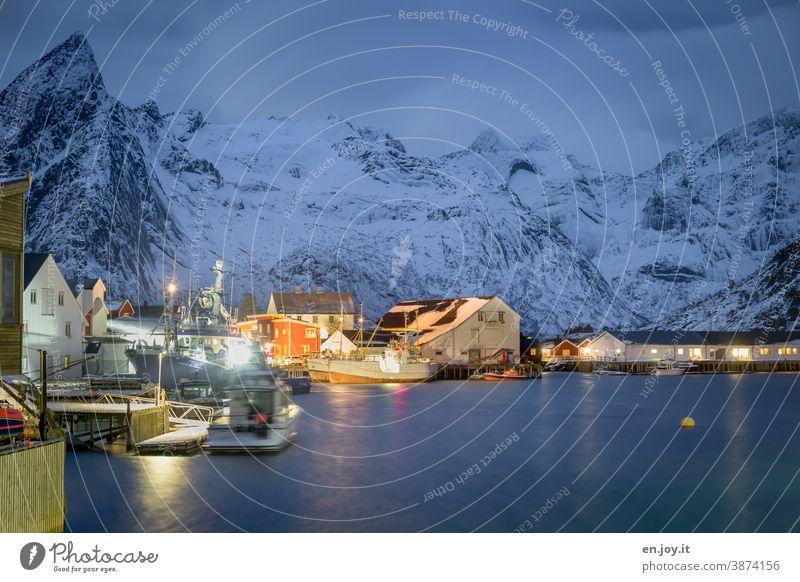 Blaue Stunde im Hafen von Hamnoy auf den Lofoten Norwegen Skandinavien Norden Wiese Schnee kalt Berge u. Gebirge Schneebedeckte Gipfel blau blaue Stunde Abend