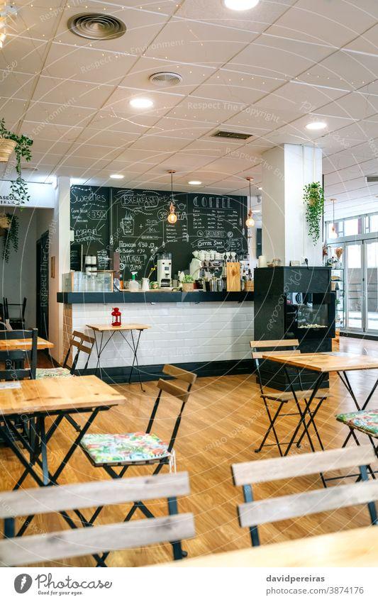 Leeres Cafe-Interieur mit Stühlen und Tischen Kaffeehaus Café Kantine niemand leer Business Sperrung Coronavirus Restaurant Stuhl Mittagessen Möbel Abendessen