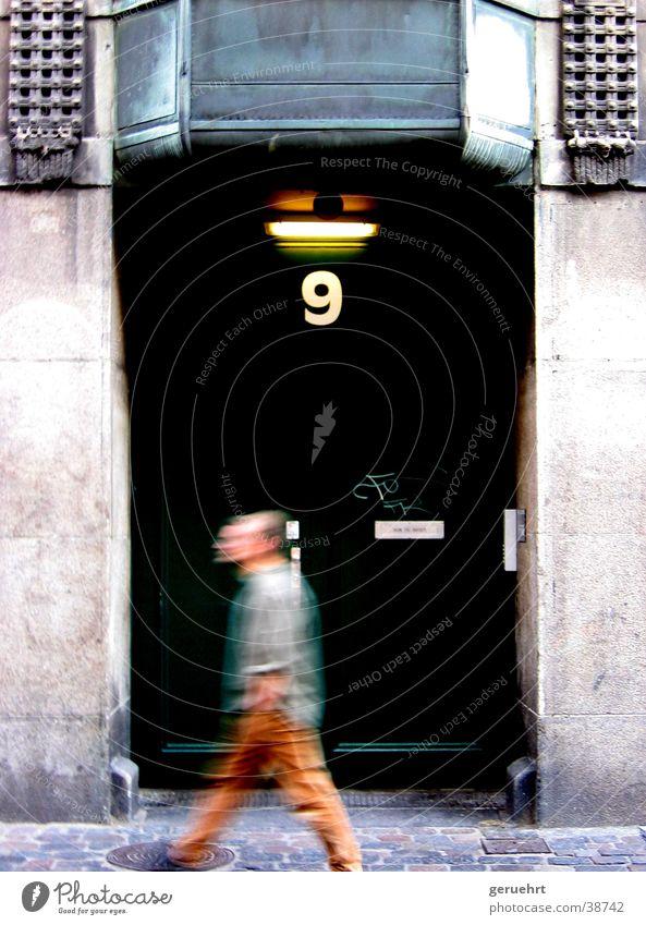 next door grün Hausnummer 9 Mann vorwärts gehen Unschärfe Architektur Tür Bewegung