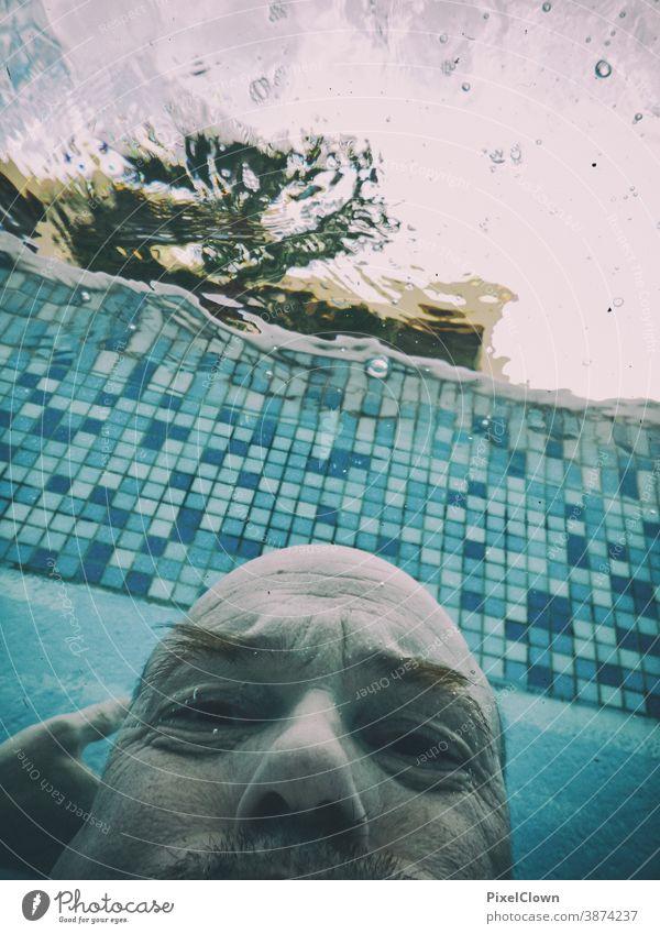 Poseidon nach dem Aufstehen tauchen Wasser Unterwasseraufnahme Schwimmen & Baden Schwimmbad Luftblase Meer blau Sommer Mann Gesicht Himmel
