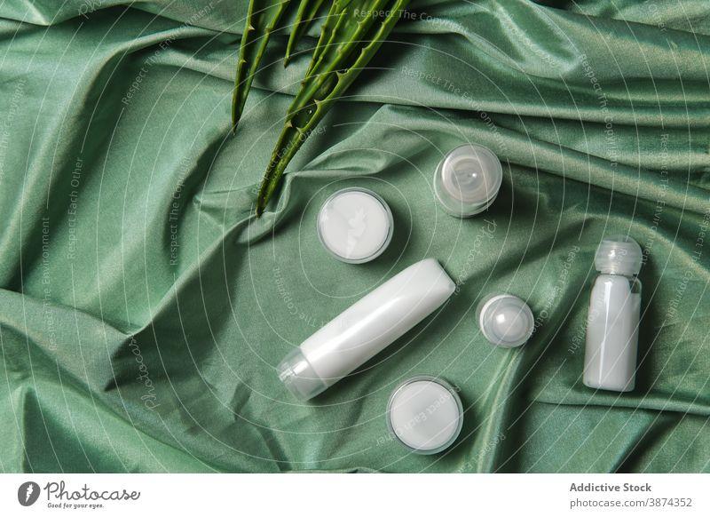 Aloe-Blätter und Hautpflegeprodukte auf grünem Tuch natürlich Blatt Produkt Kosmetik Pflanze Leckerbissen organisch Kosmetologie Schönheit Routine Öko Pflege