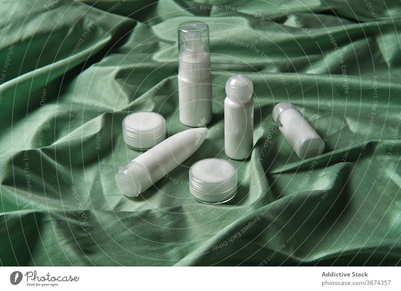 Set mit verschiedenen kosmetischen Produkten für Schönheitsbehandlungen Kosmetik Kunststoff Flasche weiß Glas Hautpflege Leckerbissen sortiert Routine Container