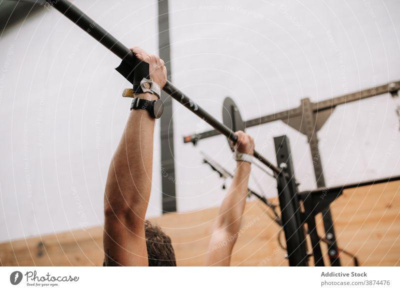 Anonymer aktiver Sportler bei Klimmzügen an der Reckstange hochziehen operativ Training Mann horizontal Bar Fitnessstudio Athlet männlich passen modern