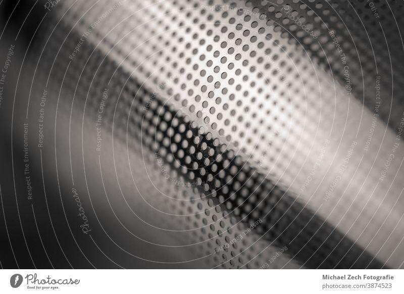 monochrome Makroaufnahme eines Metallsiebs für Tee Atelier Single Sieb Gerät Handgriff Lebensmittel metallisch rostfrei Werkzeug Filter traditionell Draht