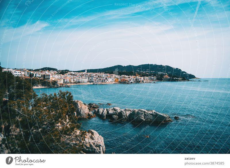 Landschaft des blauen Meeres mit Blick auf ein Dorf am Meer Costa Brava calella de palafrugell Palamos Meereslandschaft MEER Ansicht Wasser mediterran