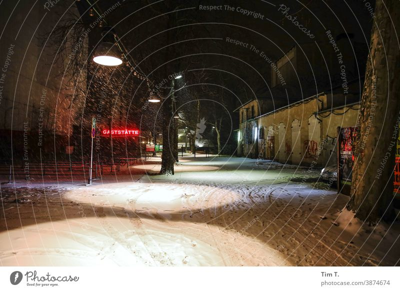 der Eingang zum Prater Biergarten mit Restaurant im Winter . Es ist spät Abend und es schneit . Berlin kastanienallee Prenzlauer Berg Nacht Schnee Außenaufnahme