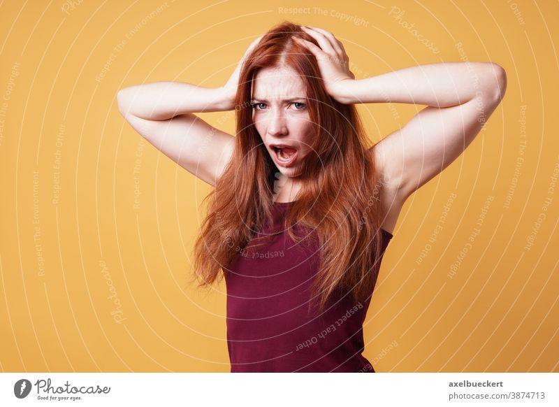 frustrierte, wütende Frau, die ihren Kopf hält und schreit Ausdruck Emotion Kopfschmerzen Halt Frustration Menschen verrückt Stress verärgert jung Erwachsener