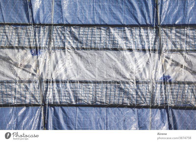 Plane festgezurrt Baustelle befestigt abgedichtet Gerüst Schatten Baugerüst abschotten Sichtschutz Schutz Sicherheit absichern undurchdringlich versperrt