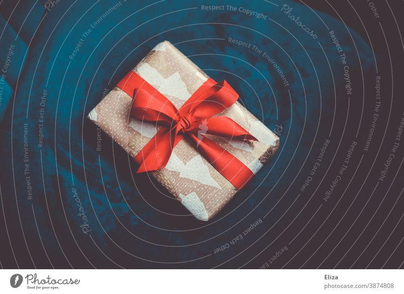 Weihnachtsgeschenk auf blauem Hintergrund Weihnachten rot weihnachtlich schenken Bescherung Weihnachten & Advent Schleife Geschenk edel