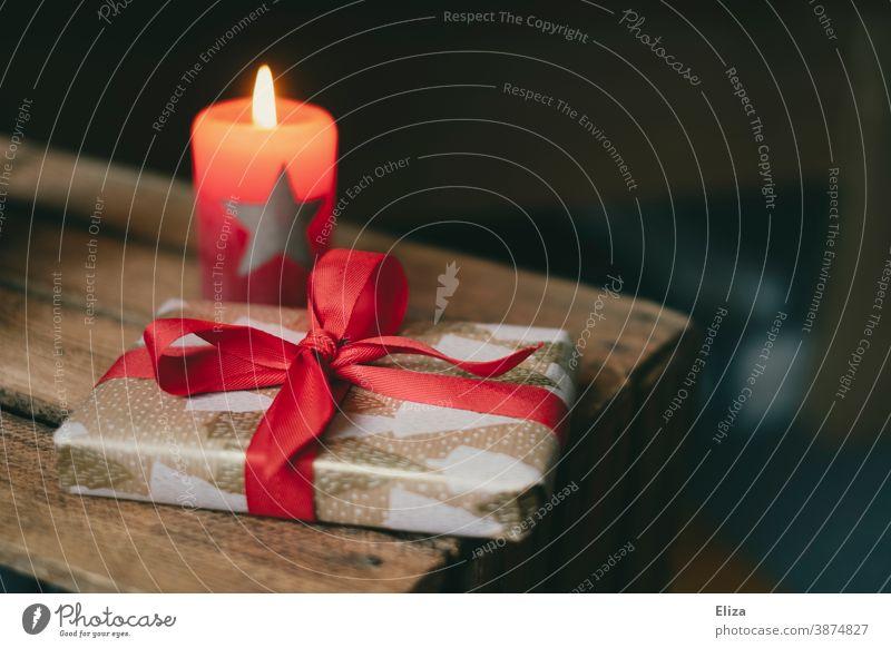 Weihnachtsgeschenk mit brennender Kerze Weihnachten Kerzenschein Geschenk weihnachtlich Weihnachtsstimmung Bescherung Weihnachten & Advent schenken Überraschung