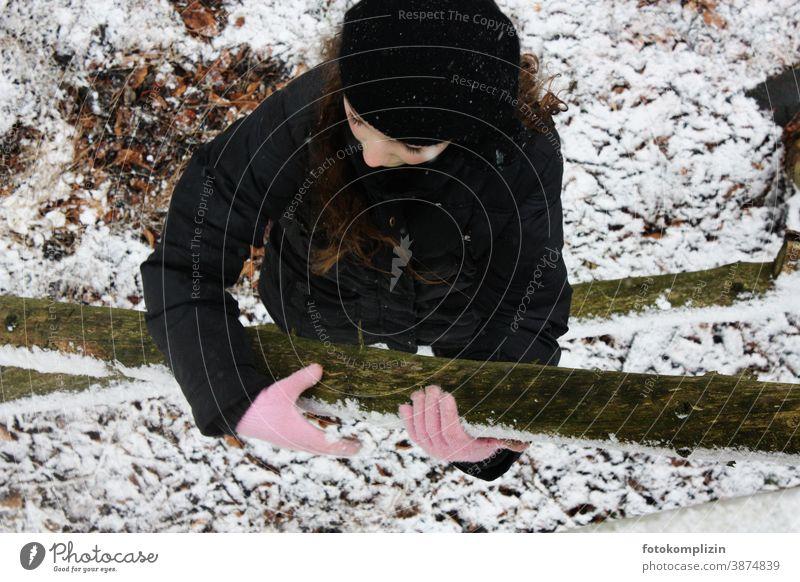 Mädchen mit rosa Handschuhe im Wald Wintereinbruch Kindheit winterlich Kälte Winterwald Wintertag frieren Winterstimmung Gestöber Dezember kalte jahreszeit