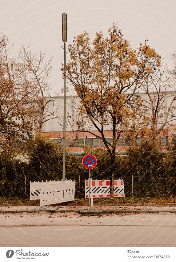 Schilderwald im Industriegebiet industrie industriegebiet parken parkverbot schilder absperrung bäume herbst minimalismus laterne fabrik fabrikgebäude