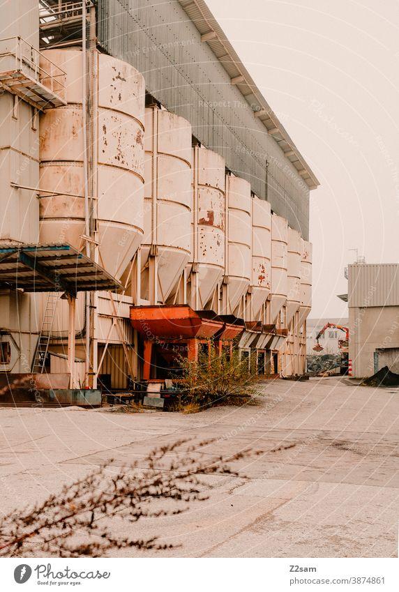 Industriehalle mit Silos industrie industriehalle tor architektur produktion grau weiß clean linien grafisch gebäude Garage Menschenleer Verkehr Parkhaus