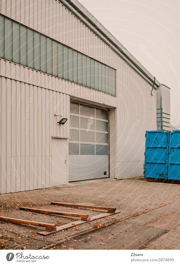 Industriehalle industrie industriehalle tor architektur produktion parken grau weiß clean linien grafisch gebäude Garage Menschenleer Verkehr Parkhaus container