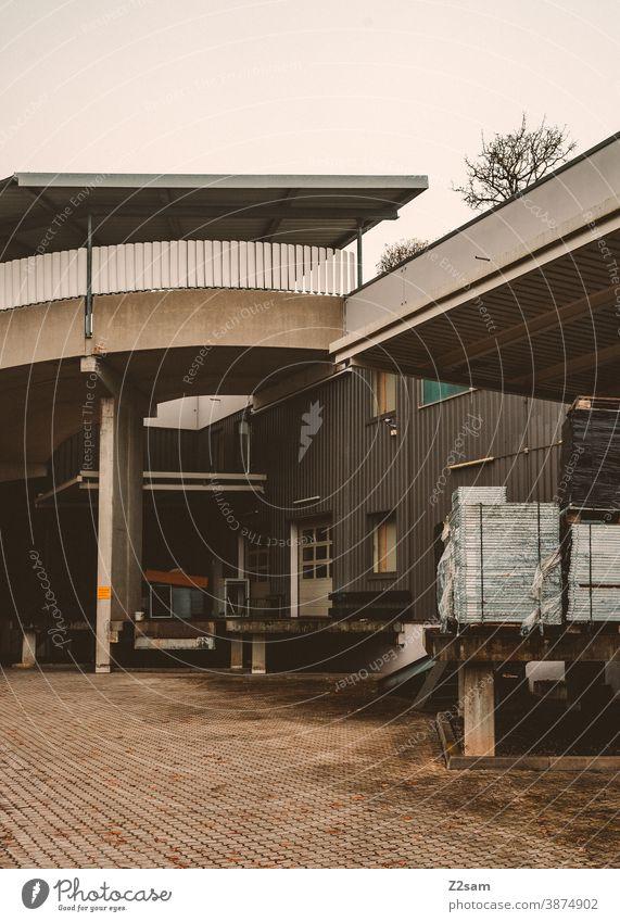 Industriehalle mit Lkw Laderampen industrie industriehalle tor architektur produktion parken grau weiß clean linien grafisch gebäude Garage Menschenleer Verkehr