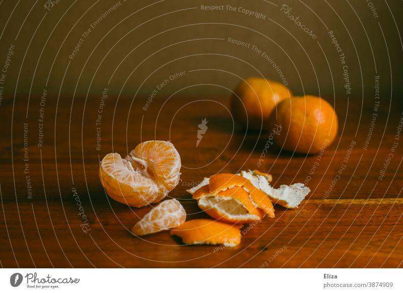 Mandarinen auf Holz lecker Clementine essen gesund Winter Frucht Obst orange Vitamine Vitamin C vitaminreich Lebensmittel fruchtig geschält