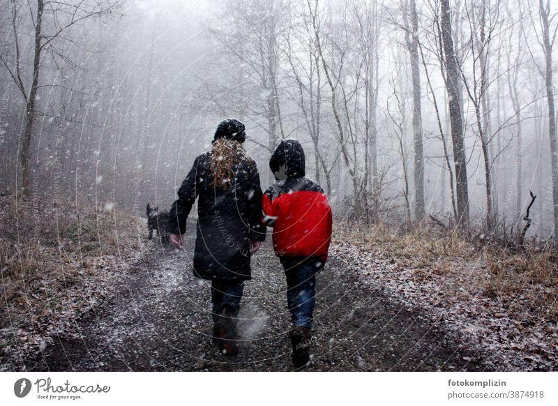 zwei Kinder im winterlichen Wald Winterspaziergang Freundschaft winterliche Ruhe Winterwald Winterstimmung Zweisamkeit Spaziergang Wintertag kalte jahreszeit