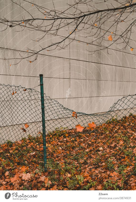 Industriefassade mit Zaun industrie architektur industriehalle industriegebiet fabrik fabrikhalle linien minimalismus beton einsam einsamkeit verlassen Halle