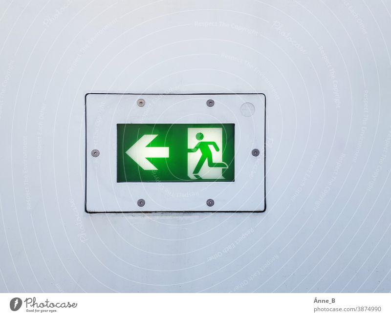Fluchtweg nach links Notausgang Notausgang nach links Rettungsweg Signal grün signalisieren Sicherheit Fluchtwegmarkierung Rettungszeichen escape route Escape